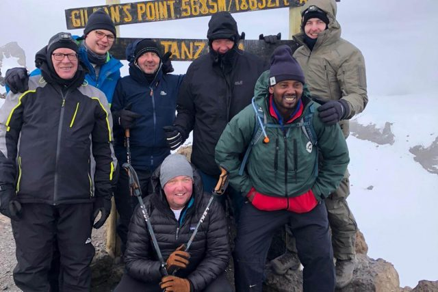 Vater und Sohn besteigen Kilimanjaro